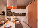 """Kuchyně po proměně, za """"oranžovými"""" dveřmi jsou dveře do koupelny."""