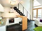 Dominantou prostoru je kovové schodiště vedoucí na galerii s ložnicí.