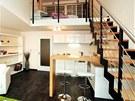 Kov na schodišti je kombinován se dřevem, které podle architektů ve velkém