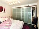Skříň v ložnici na galerii řeší potřebu úložných prostor.