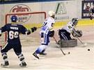 Kladenští hokejisté právě podruhé překonali brněnského gólmana Sasu Hoviho.