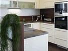 Kuchyňská linka je provedena z bíle lakovaných MDF desek s vysokým leskem,