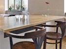 Masivní dubová deska se stala výrazným prvkem, který zdůrazňuje význam jídelního stolu jako centra domácnosti.