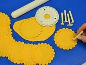 Plastovým tvořítkem nazdobte sukýnky tykviček.