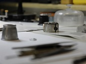 Pracovní plocha v dílně Martina Brože. Zde vznikly i jedinenčné hodinky