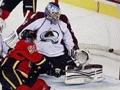 PRVNÍ GÓL V NHL. Roman z Calgary překonává brankáře Colorada Jeana-Sebastiena