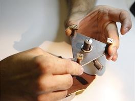 Speciální trojnožku na broušení miniaturních součástek (například šroubků) si