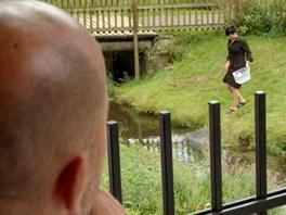 Pohlreich si zkouší jaké to je, objednat si živého pstruha rovnou z potoka.