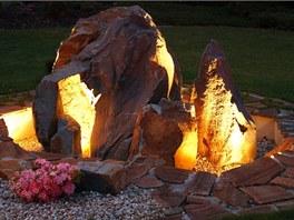 """Noční pohled na """"sopečné zákoutí """", tedy nasvícené kameny, je úchvatný."""