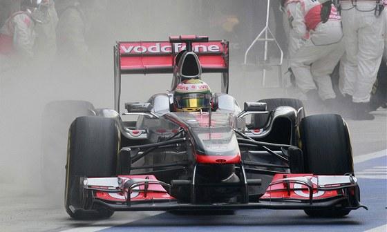 Lewis Hamilton po zastávce v boxech, kdy mu mechanici museli vyměnit přední
