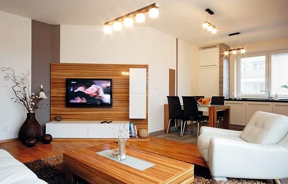Obytný prostor je atypický zkosenou stěnou, na které je umístěna televize a