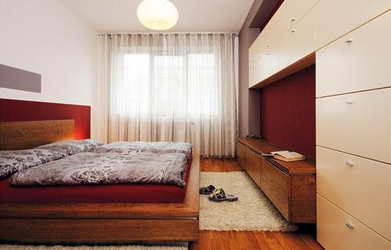 V ložnici je i postel vybavena úložným prostorem.