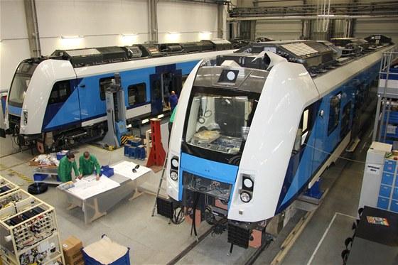 Dokončování montáže první jednotky, v pozadí je čelní vůz na podvozcích. V