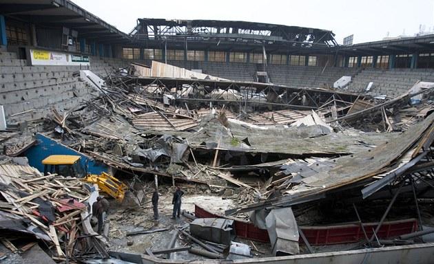 Ruiny hokejové haly v Teplicích, ve které se před několika dny zřítila střecha.