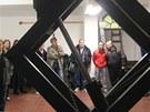 Návštěvníci si prohlížejí zvedací zařízení, které spouští rakve z obřadní