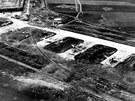 Chebské letecké dílny a letiště po bombardování v roce 1945, záběr z