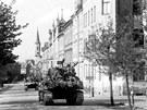 Americké tanky přijíždějí v roce 1945 do Chebu ulicí 26.dubna k Americké škole
