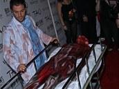 Klumovou na party přivezli dva doktoři se zkrvavenými plášti.