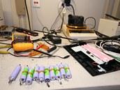 Standardní akumulátorové Li-ion články. V notebooku se jich obvykle zapojí šest