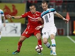 PŘETLAČOVANÁ. David Rozehnal (vpravo) z Lille se snaží odstavit od míče Foueda Kadira z Valenciennes.
