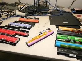 Ve srovnání s konkurencí (nalevo a napravo) se akumulátor HP (uprostřed) snaží
