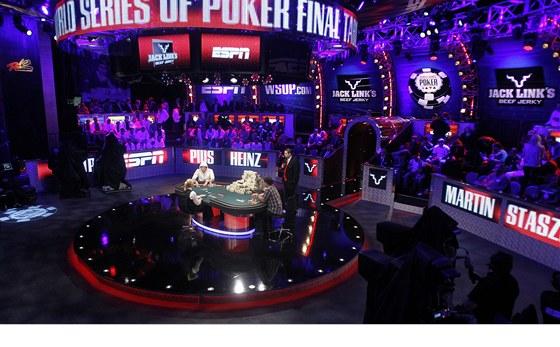 POKEROVÁ ARÉNA. Finálový stůl pro Světovou sérii, ponořený do fialového přítmí,