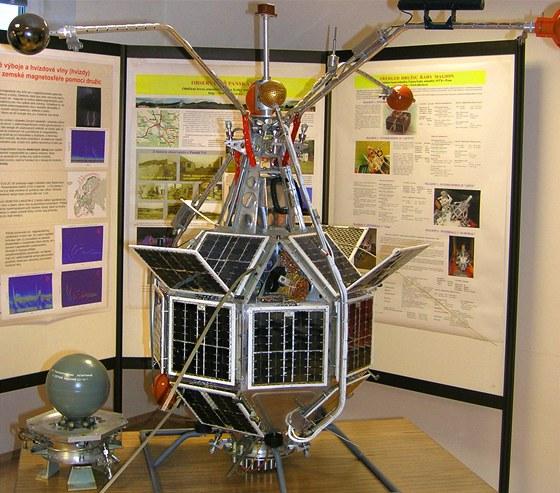 Následovník. Pozemní testovací model přesně odpovídající družicím Magion 2 až 5