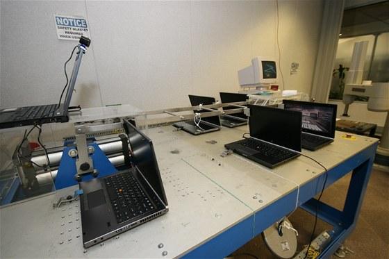 Otevírání a zavírání notebooků patří k dalším stereotypům v testovací