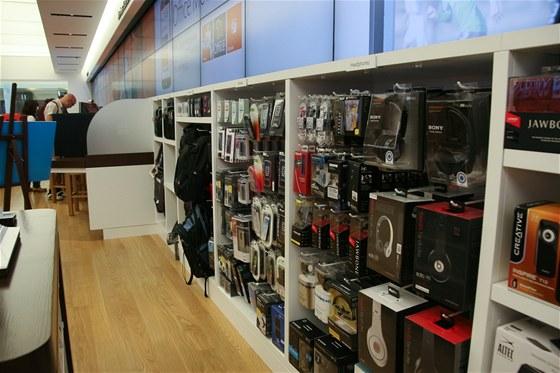 Microsoft Store (na fotce) i Apple Store nabízejí i zboží a příslušenství,