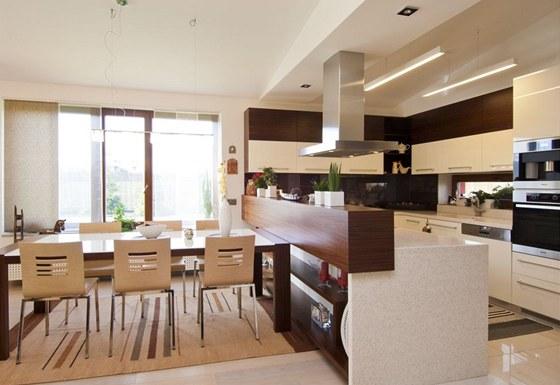 Praktické řešení kuchyně ve tvaru U nabízí dostatek úložných prostor.