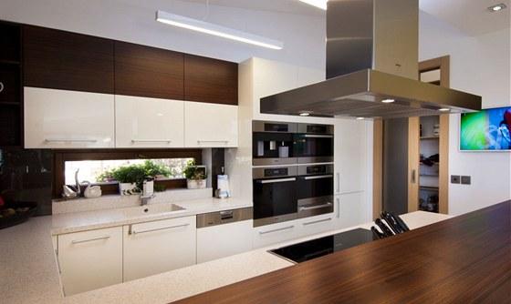 Spíž u kuchyně má praktické posuvné dveře - během vaření je lze nechat otevřené.