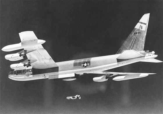Bombardér B-52 shazuje klamný cíl GAM-72 Quail, který napodoboval činnost