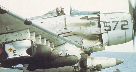 """Skyraider CDR Clarence Stoddarda se """"záchodovou bombou"""""""