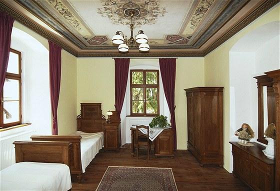 Některé stavebně umělecké prvky byly restaurovány. Například nádherná novorenesanční výmalba stropu v pokoji v patře.