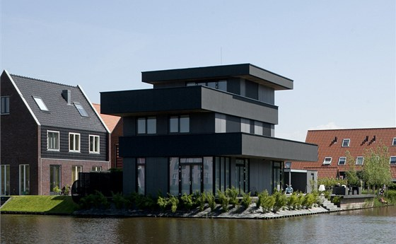 V haagsk� �tvrti Ypenburg vznik� na vysu�en�ch parcel�ch m�sta nov� z�stavba.