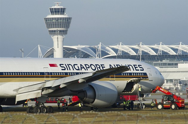 Letadlo spole�nosti Singapore Airlines p�istálo na mnichovském leti�ti na tráv�.