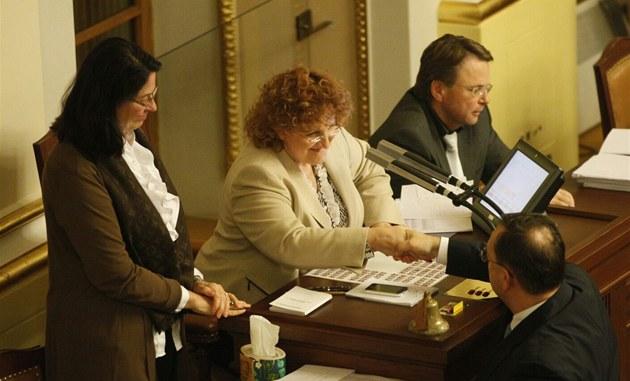 Po skon�ení hlasování si premiér Petr Ne�as pot�ásl rukou s Vlastou Parkanovou,