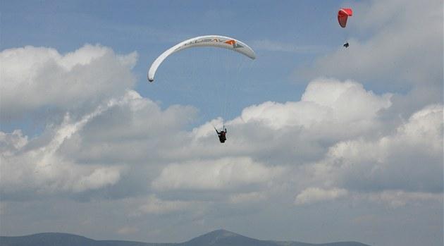 �erná hora v Krkono�ích je oblíbeným, ale zrádným místem pro paragliding.