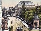 Pohlednice snad z doby kolem roku 1917 zachytila most Legií ve směru od Újezda.