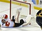 Drew Stafford z Buffala tentokr�t proti brank��i Calgary Henriku Karlssonovi