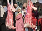 Vyvrcholen� pouti nast�v� des�t�ho dne, kdy muslimov� symbolicky kamenuj� satana a ob�tuj� All�hovi zv��e. Tento den je ozna�ov�n Sv�tek ob�tov�n� a slav� jej muslimov� po cel�m sv�t�. Zpravidla ob�tuj� kozy nebo ovce.