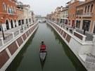 Jsou zde kolonády, náměstí s vlastním Koloseem a kanálem Grande s gondolami a