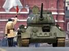 Legendární sovětský tank T-34 nemohl na přehlídce chybět (7. listopadu 2011)
