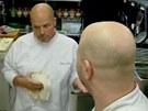 Svému rádoby dvojníkovi Pohlreich vysvětluje, jak by měla být příprava jídla co