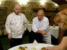 Pohlreich dává ochutnat mamince majitele a stávajícím kuchařům restaurace