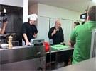 Zdeněk Pohlreich se štábem v kuchyni restaurace Café Prague v Chicagu