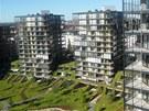 Bytové vila domy jsou zapuštěné do svahu.