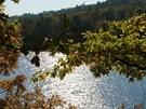 Podzimní sluce vytváří na hladině přehrady nádherné odlesky, celou cestu je na