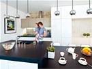 Kuchyňské bílé skříňky s vysokým leskem navrhla architektka Hana Benešová do