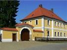 Žlutobílá barva je pro barokní fasádu typickou kombinací.